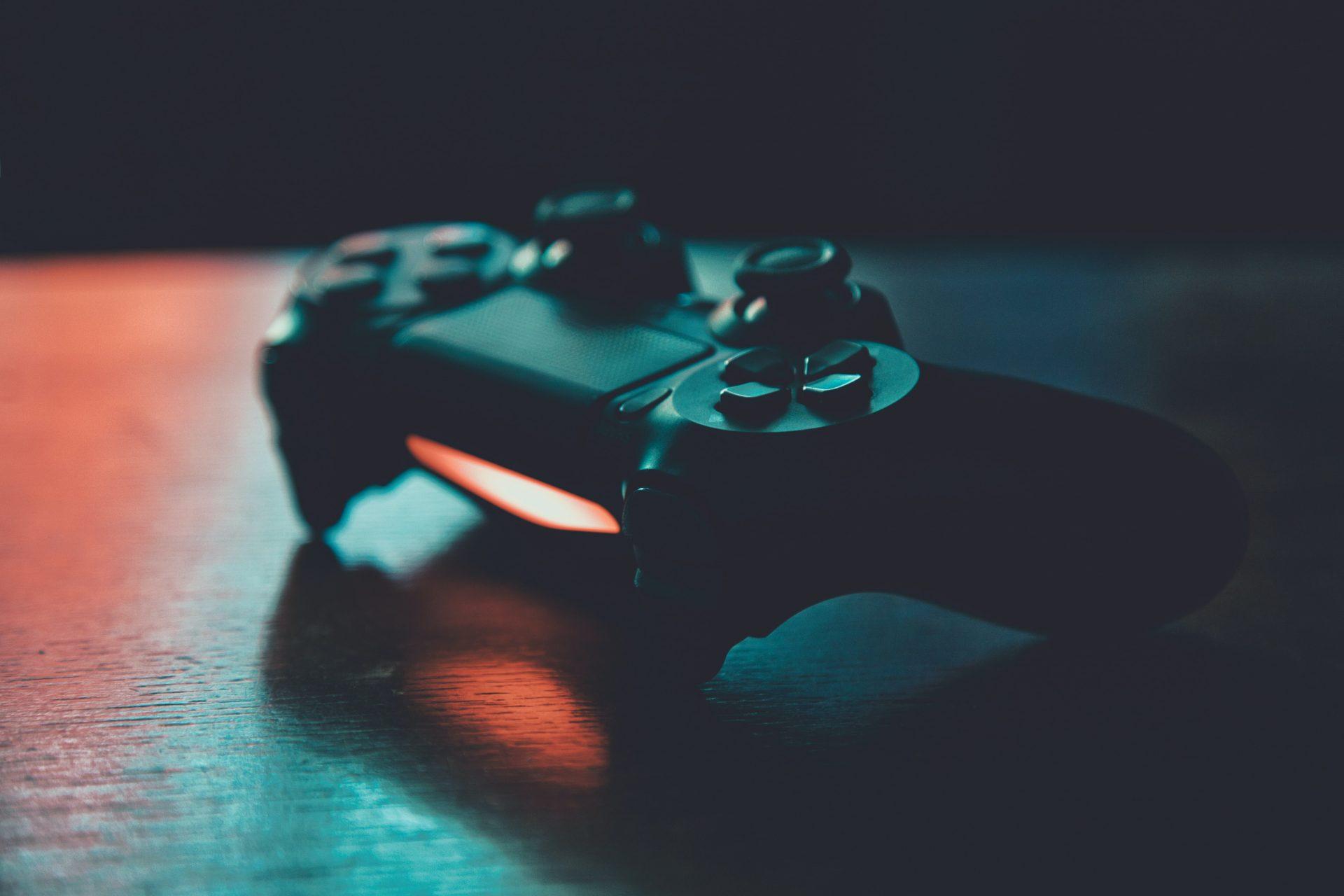 Fotografía de un mando de playstation 4 encendido, los videojuegos son parte de una estrategia de contenido diferencial