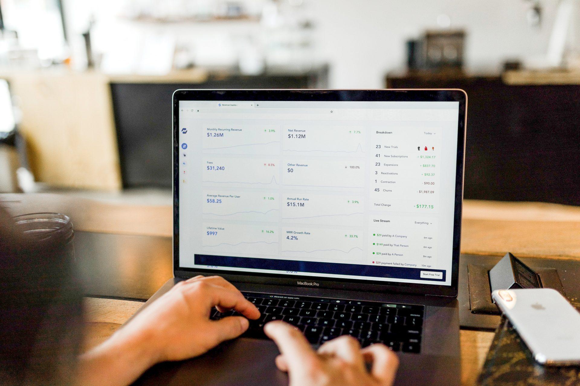 Fotografía de un ordenador portátil con una páginas de métricas y estadísticas abierta, que ilustra los valores de conversiones en campañas de marketing.